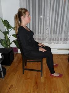 Position avec les abdominaux et cuisses engagés. Notez que le dos est entièrement appuyé contre le dossier.