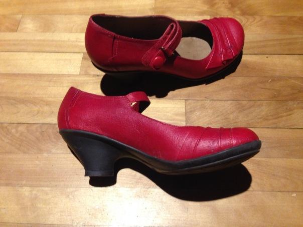 Deux semaines après avoir subi le nettoyage, mes souliers ont une teinte assez uniforme et on ne distingue plus vraiment les cernes